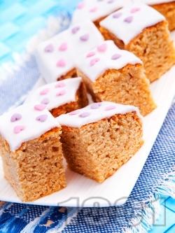 Пухкав кекс с фъстъчено масло и бял захарен фондан - снимка на рецептата